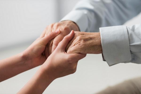 cuidados básicos de una persona mayor