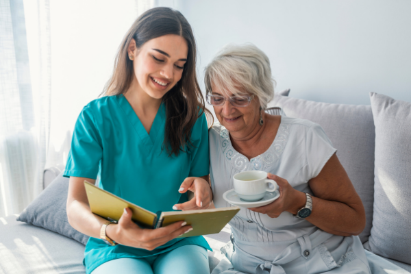 Contratar a una cuidadora de personas mayores a domicilio